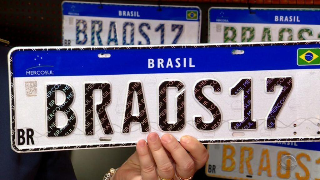 Motoristas reclamam de problemas ao colocar as placas do Mercosul nos carros